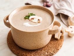 Гъбена крем супа с прясно мляко и брашно поднесена с крутони и копър - снимка на рецептата